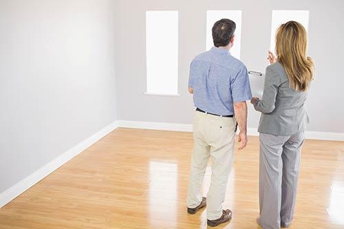 Asesor inmobiliario en una visita para vender casa en Madrid