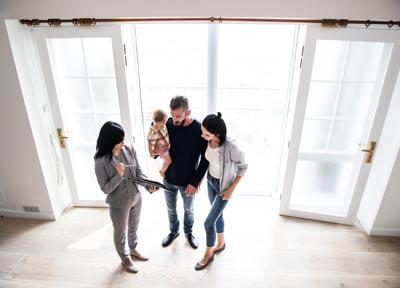 Agente inmobiliario mostrando un piso en alquiler