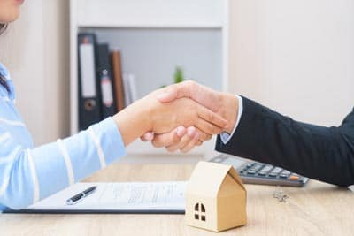 Firmando un contrato de alquiler de un piso en Madrid