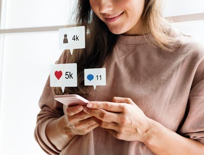 Chica que quiere alquilar en Madrid compartiendo en redes sociales