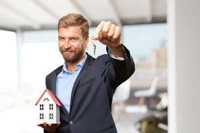 Hombre entregando llaves a alguien que acaba de alquilar un piso en Madrid