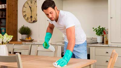Limpiar como parte del proceso de preparar una casa para alquilar