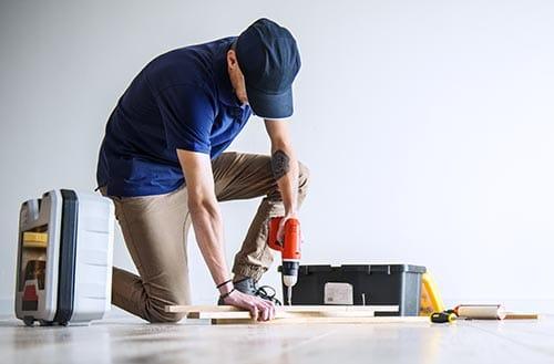 Persona haciendo reparaciones en una casa en Madrid