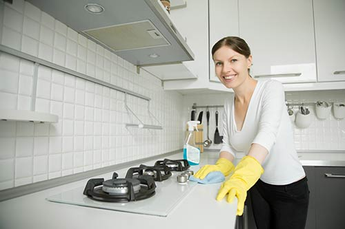 Persona limpiando la casa para ponerla a la venta